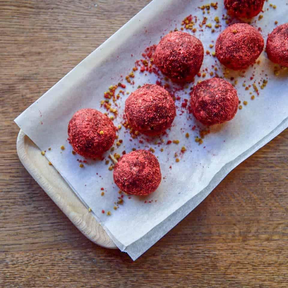 Pro vegany: koule obalené v jahodovém prachu a pylu-a